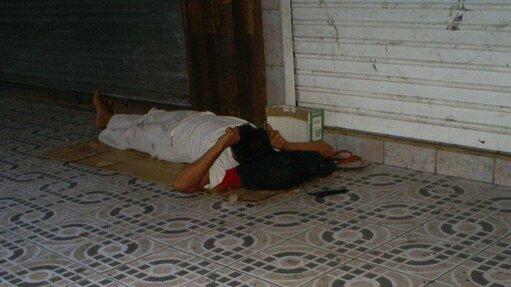 Image d'illustration. Un SDF dort sur le trottoir dans une rue de Papeete © D.R.