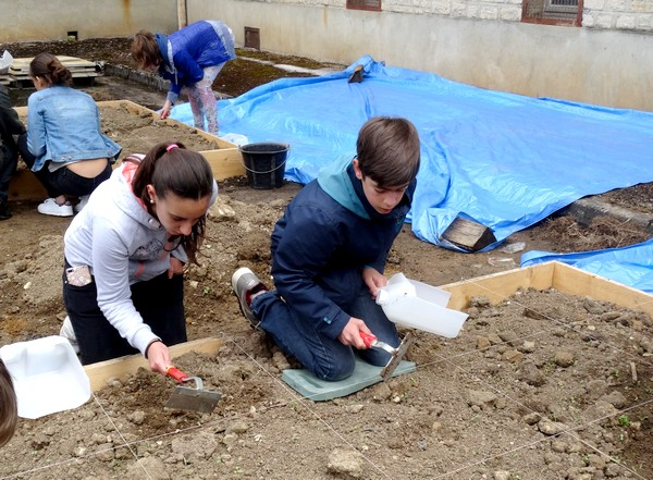 Les élèves du Collège Fontaine des Ducs s'initient à l'archéologie !