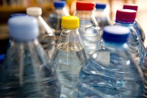 Surhydratation (illustration bouteilles d'eau minérale)