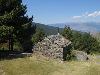 La chapelle  Saint Barnabé sur fond de Cerdagne et du Puig Pedros (sommet frontalier appelé en France Pic deCampcardos, 2906 m)