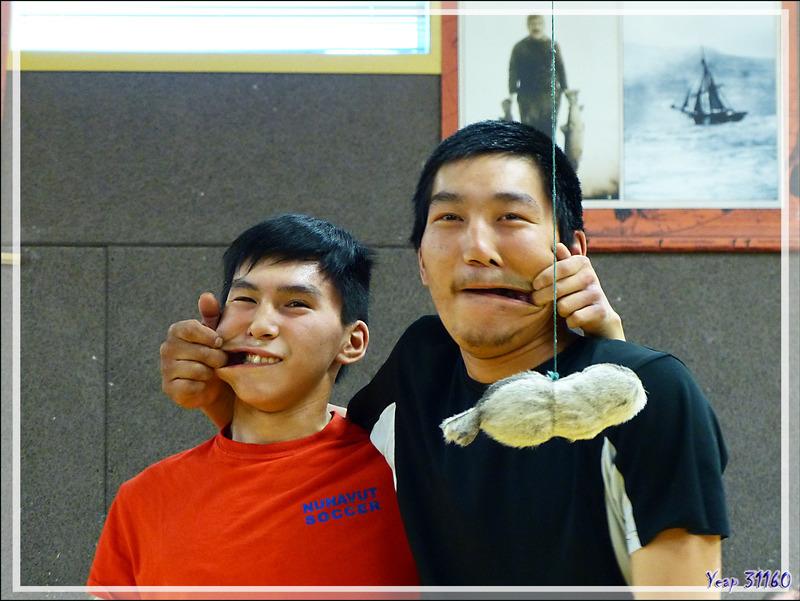 Epreuve de force consistant à arracher la bouche de l'adversaire avec un doigt (que j'appelle, faute de nom Le Sourire Inuit) - Gjoa Haven (Uqsuqtuuq) - King William Island - Nunavut - Canada