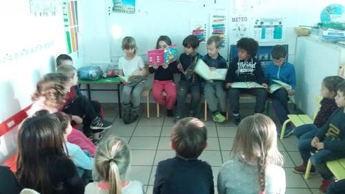 Les CP font la lecture aux élèves de maternelle