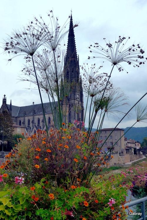 Saint Affrique : l'église et la Sorgues ...