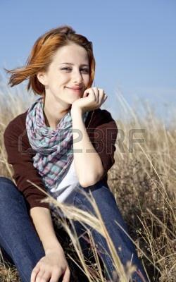 Portrait de heureuse fille rousse sur l'herbe d'automne. Banque d'images - 7855683