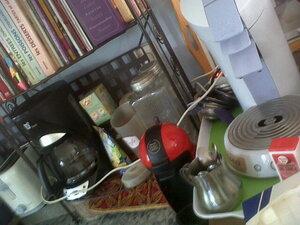 espace vaisselles et gros ustensiles+ espace café: gros ustensiles sur les grandes étagères + livres de recettes, vaiselles: tiroirs et placard de gauche. Placard de droite: placard conserves et gâteaux
