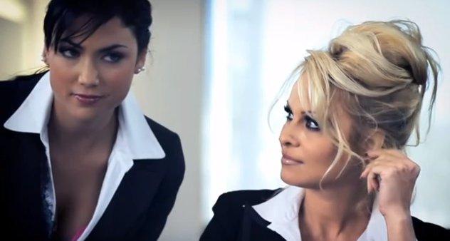 Pamela Anderson dans une publicité sexy pour Crazy Domains.com