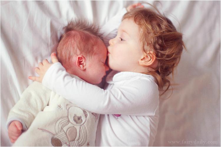 """Résultat de recherche d'images pour """"bébé joue avec son frère"""""""