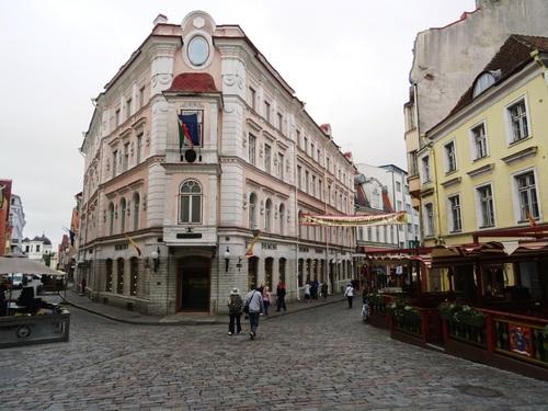 Autour de la place de l'Hôtel de Ville de Tallinn en Estonie (photos)