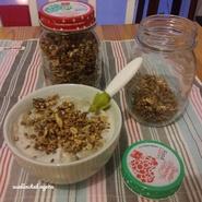 Muesli maison et yaourt de soja (acheté) avec compote maison