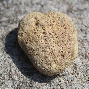 Pierre plate en forme de coeur