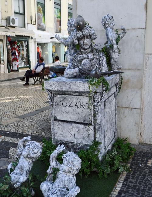 Lisbonne-Baixa - DES STATUTS-VIVANTES...