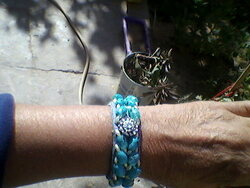 un bracelet bleu en perles
