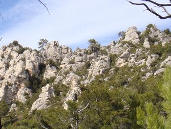 Les rochers ruiniformes sur les flancs du massif de la Loube