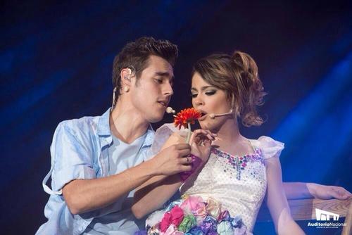 Image, gif ou vidéo romantique de Martina et Jorge en concert