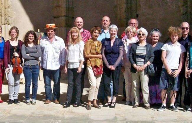 Le groupe lors des Lectures communes de 2014, avec le récital de la Société des poètes et artistes de France au clocher Saint-Martin.