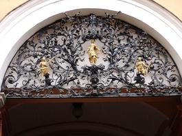 Eger, grille maison département/ foi, espérance, charité