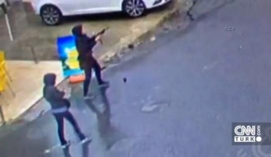 Capture d'écran. Deux femmes non identifiées ont attaqué jeudi matin un poste de police dans le district de Bayrampasa à Istanbul.