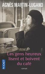 Les gens heureux lisent et boivent du café-couv