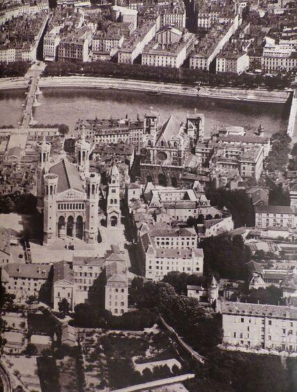 Vue aérienne en noir et blanc de Lyon; au premier plan la basilique de Fourvière