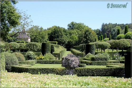 Les Jardins du Manoir d'Eyrignac l'Allée des Charmes vue du Jardin Français