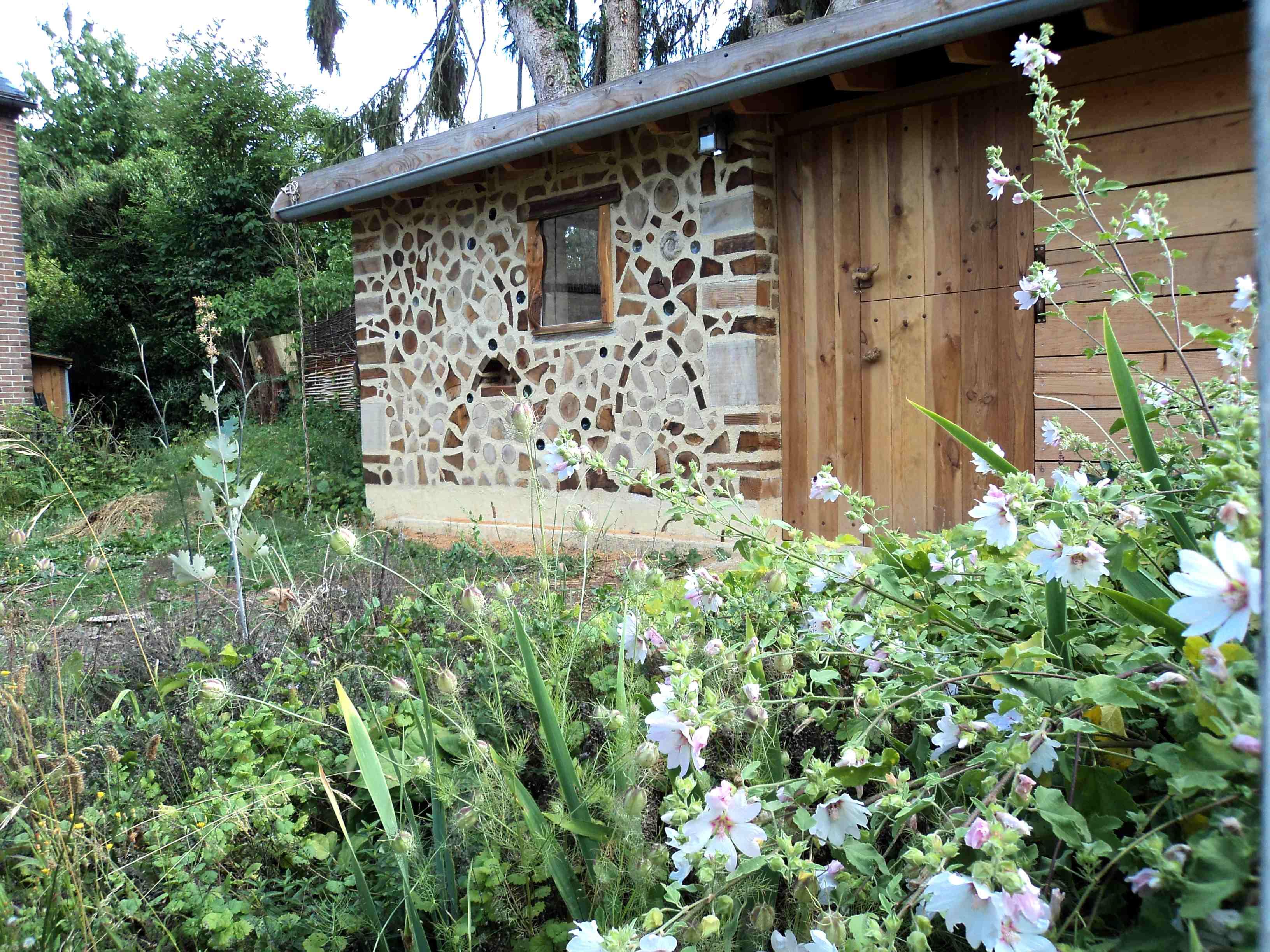 Miellerie en bois cordé et lavatère