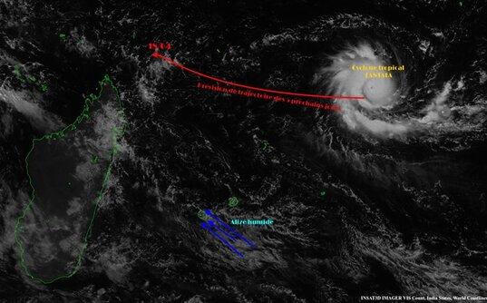 """Image INSAT3D du 13/04/2016 à 10h00 locales (6h UTC)  En rouge (peu lisible) : """"Prévision de trajectoire des 5 prochains jours"""", c'est à dire jusqu'au 18 avril. Cette prévision de trajectoire est celle de Météo-France le 13/04 à 10h locales.  La Réunion se trouve concernée par un alizé humide, apportant des averses modérées sur le Sud-Est de l'île. Averses qui débordent parfois sur le reste de l'île."""