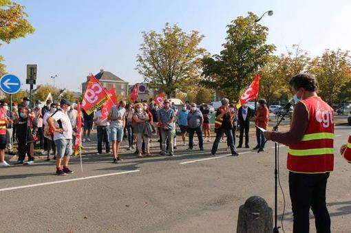 À l'appel de la CGT, 70 manifestants se sont retrouvés devant l'hôtel de ville de Pontivy, ce jeudi 17 septembre 2020, pour défendre « l'emploi, les salaires, les services publics, les retraites et les plus précaires ».