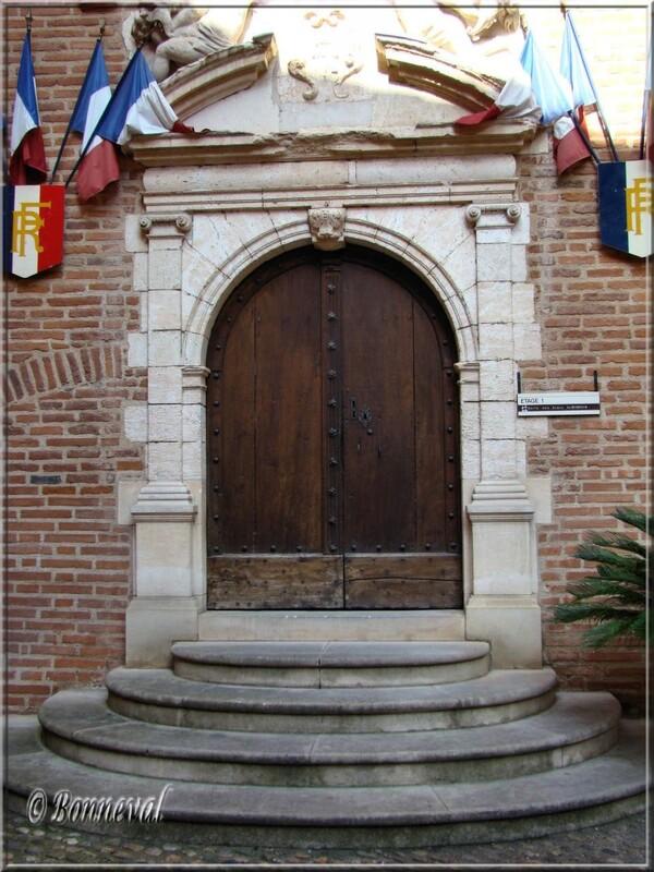 Albi Tarn l'Hôtel de Ville, belle porte Renaissance dans la cour