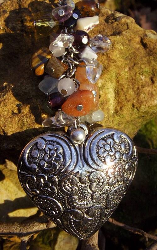 Sautoir coeur avec ses charms en pierres semi-naturelles