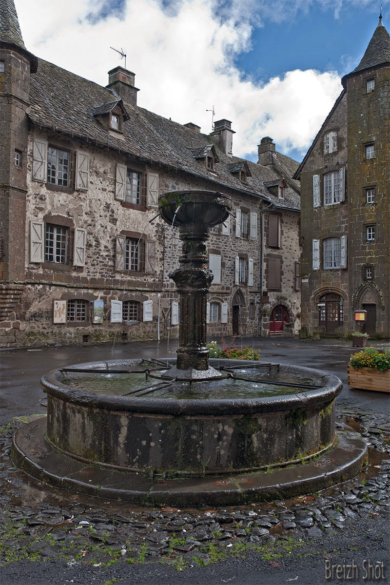 Fontaine, grande place de Salers