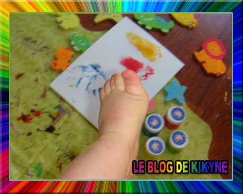 Empreintes de pieds et peinture sur doigts