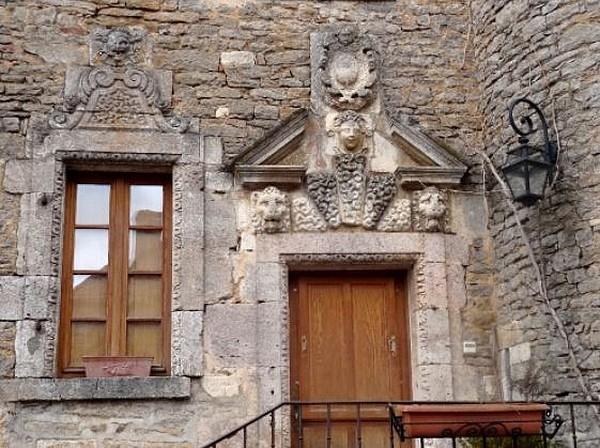 Promenade dans les rues du village médiéval de Châteauneuf en Auxois