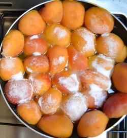 Tarte crumble abricots et spéculoos accompagnée de sa crème anglaise