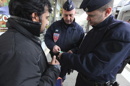 Des CRS lors d'un contrôle d'identité, le 10 mars 2011, à Menton (Alpes-Maritimes).