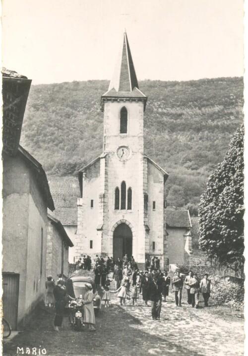 Une peugeot 403 noire à la sortie de la messe à Peyrieu dans les 1950