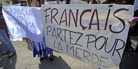 Des banderoles brandies par des manifestants boliviens devant l'ambassade de France.