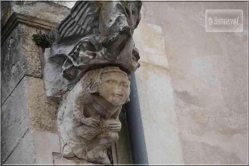 La Rochelle  sculpture sur une maison