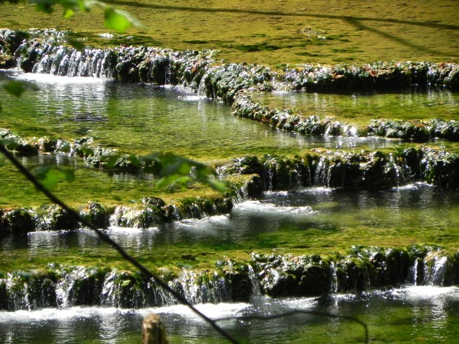 La source qui alimente la cascade du Tuf de Mesnay