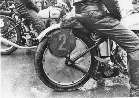 "Le ""Million"" coule, la moto ancienne rame..."