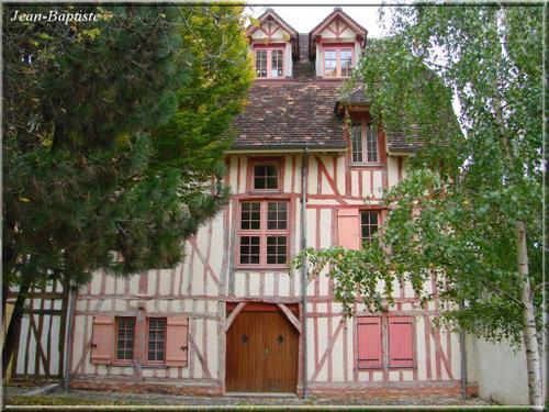maison-aux-volet-roses.jpg
