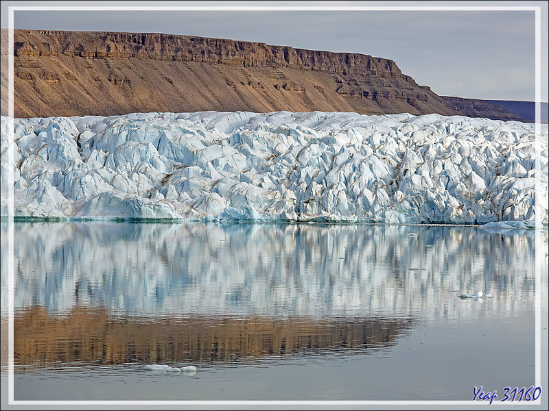 L'étonnante architecture des glaces du glacier Croker Bay - Devon Island - Nunavut - Canada