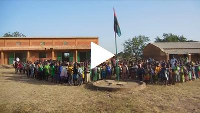 Les élèves de l'école Sapouy A chantent le Ditanyè, l'hymne national du Burkina Faso