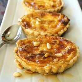 Tartelette au gruyère, miel et pignon de pin