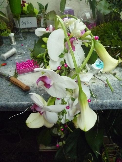 Conception d'un bouquet de mariée retombant sur support