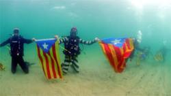 Catalogne : Une centaine de personnes à la chaîne sous-marine. (bi-lingue)
