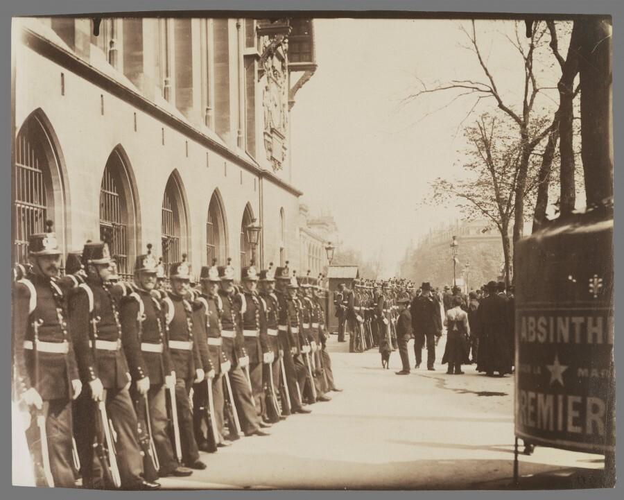 Atget Paris Gardes Rpublicains devant le Palais de Justice 900x721 Le Paris de 1900 par Atget