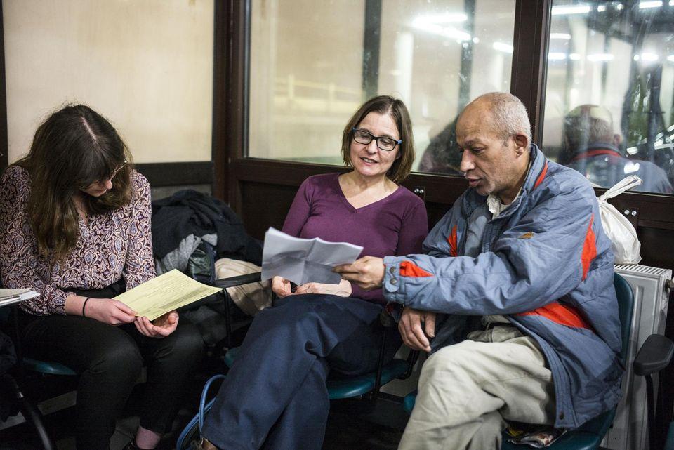 L'équipe de recensement et Marco, sans abri depuis vingt ans, au service des urgences de l'hôpital Saint-Louis à Paris, jeudi.