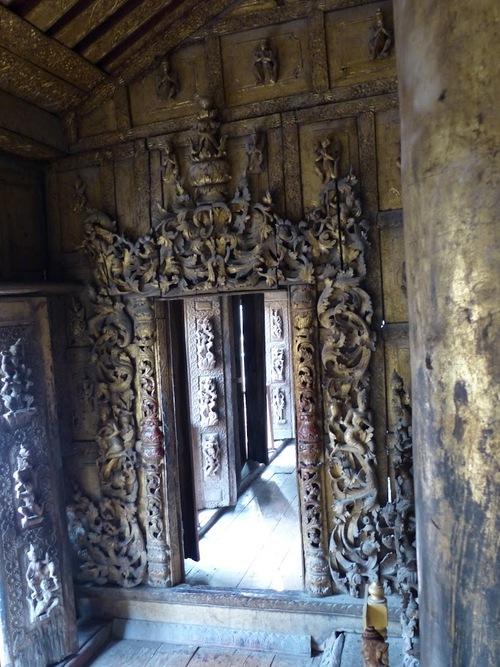 le monastère en teck Shwenandaw à Mandalay; l'intérieur.