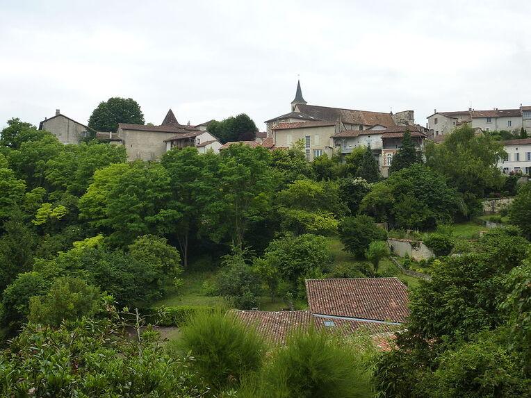 012 Aubeterre-sur-Dronne (Charente) Le village vue générale.JPG