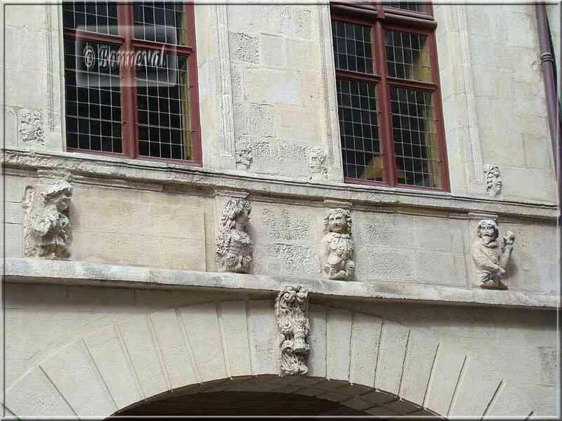 La Rochelle rue des Merciers clé de voûte maison aux têtes
